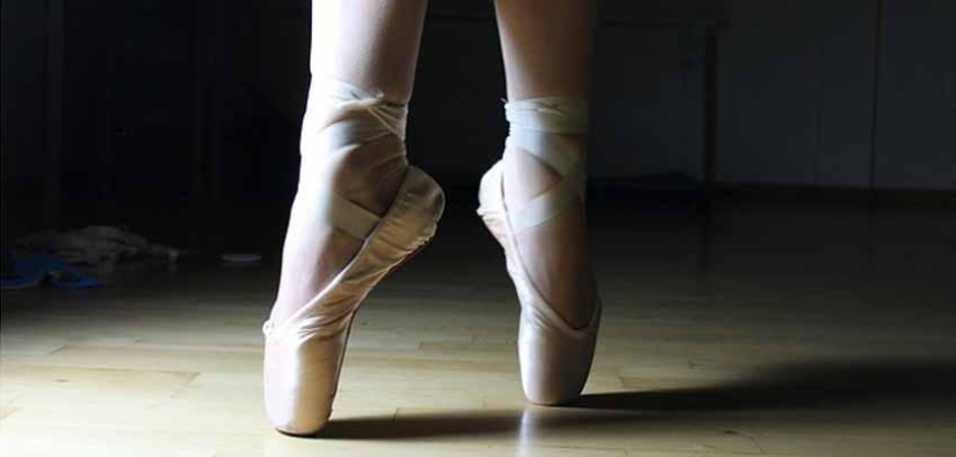 photo of feet in ballet pointe shoes - on pointe